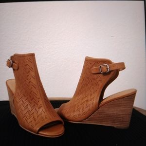 Wooden wedge heeled women's shoes